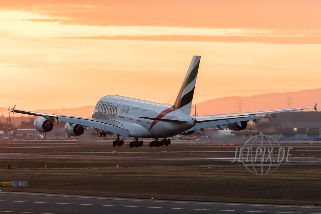 A6-EOF Emirates Airbus A380 bei der Landung EDDF FRA Frankfurt tolles Licht Flughafen Landebahn Dämmerung