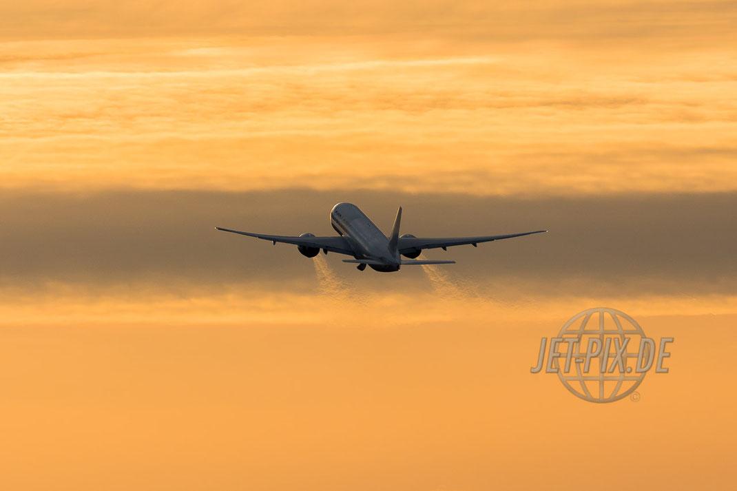 AeroLogic Boeing 777F Start in den Sonnenuntergang tolles Licht Abenddämmerung Frankfurter Flughafen gute Stimmung