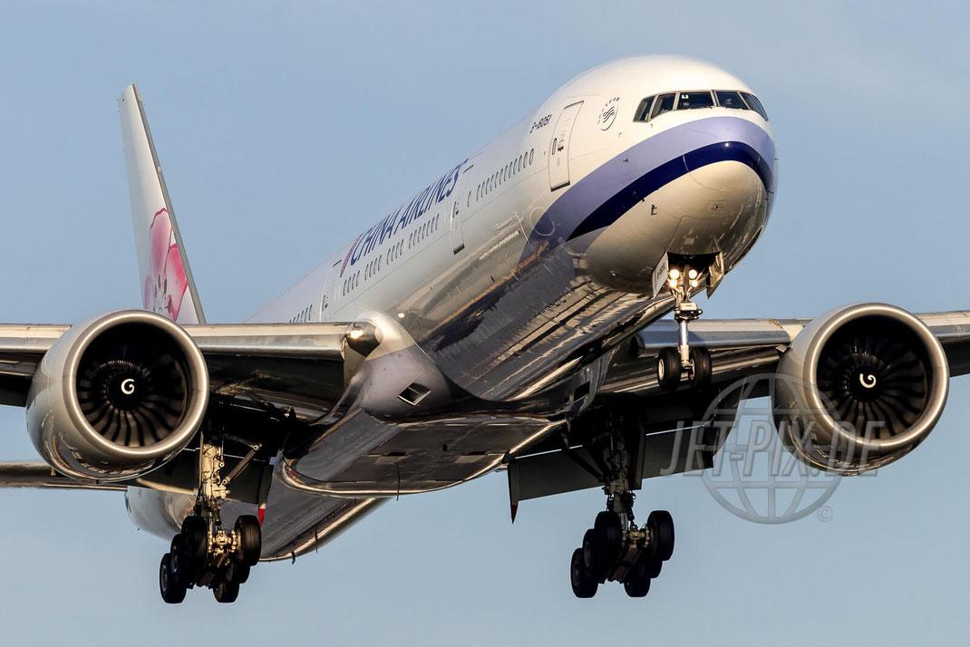 B-18051 China Airlines Boeing 777 EDDF Frankfurt  Nordwestbahn Landen Landung Spotting Parken Ticona Leiter Morgens tolles Wetter