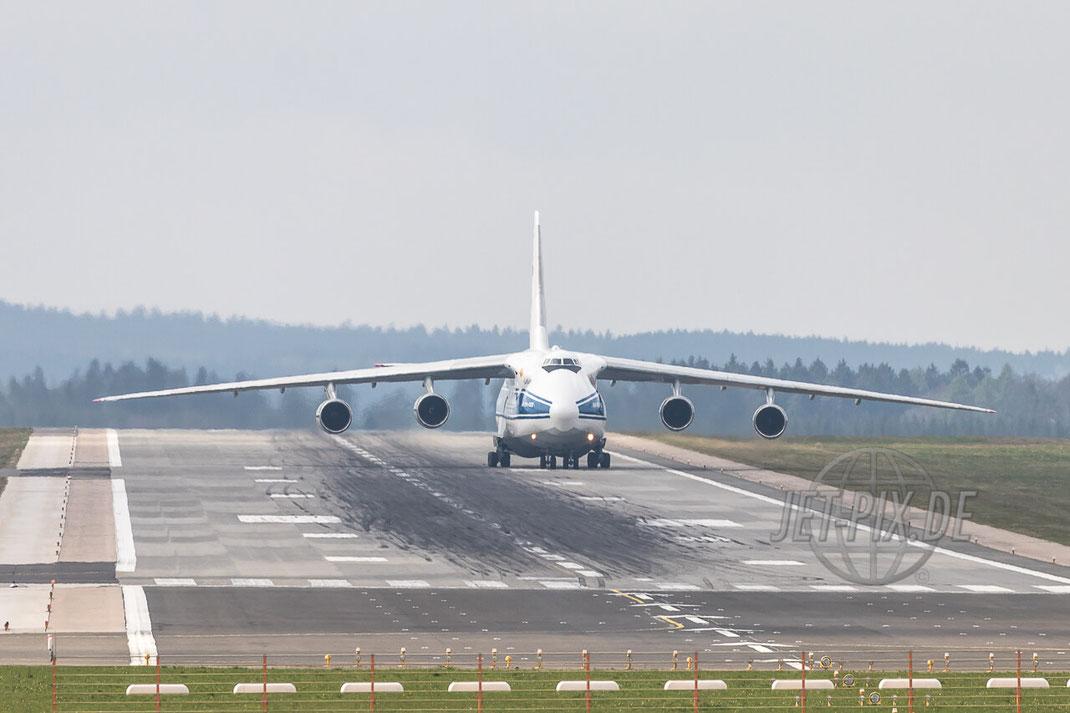 RA-82077 Volga-Dnepr Antonov AN-124 Taxiing auf Frankfurt Hahn (EDFH)