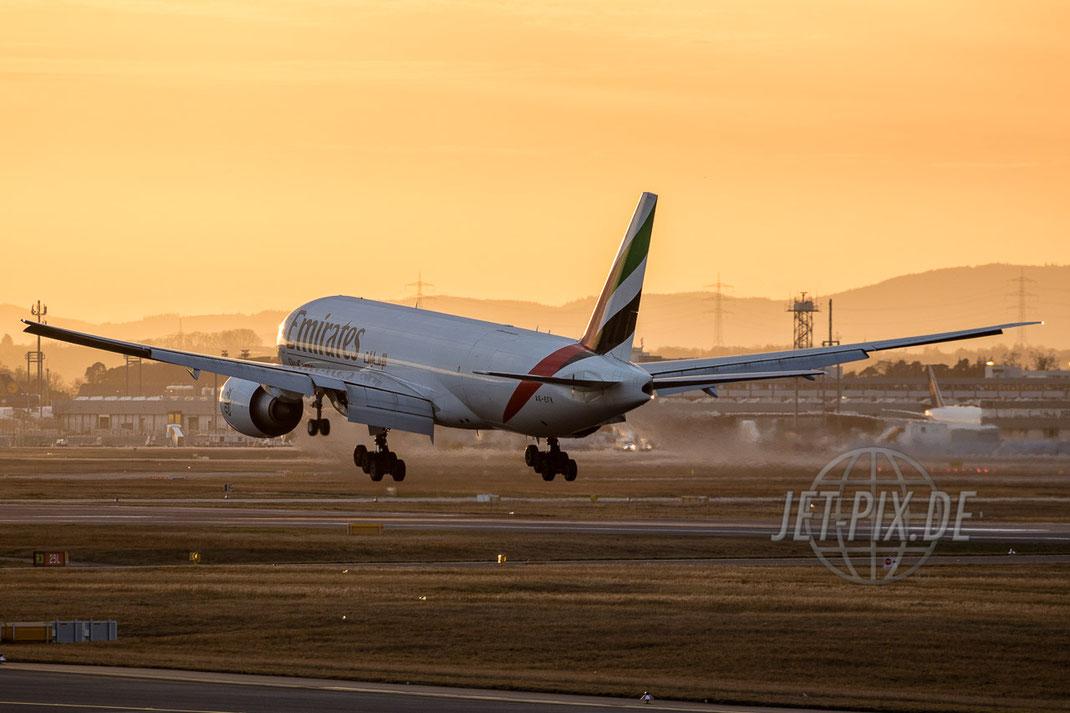 A6-EOF Emirates Boeing 777F Frankfurter Flughafen tolle Abendstimmung tolles Licht Dämmerung Lichter