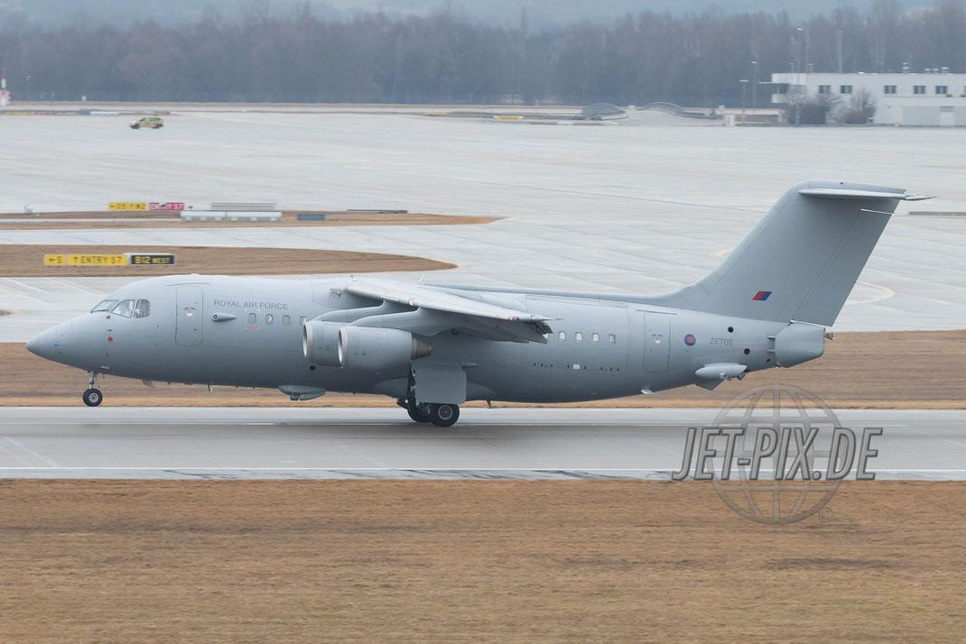 ZE708 Royal Air Force BAe 146-200QC bei der Landung am Münchener Flughafen zur Sicherheitskonferenz SiKo