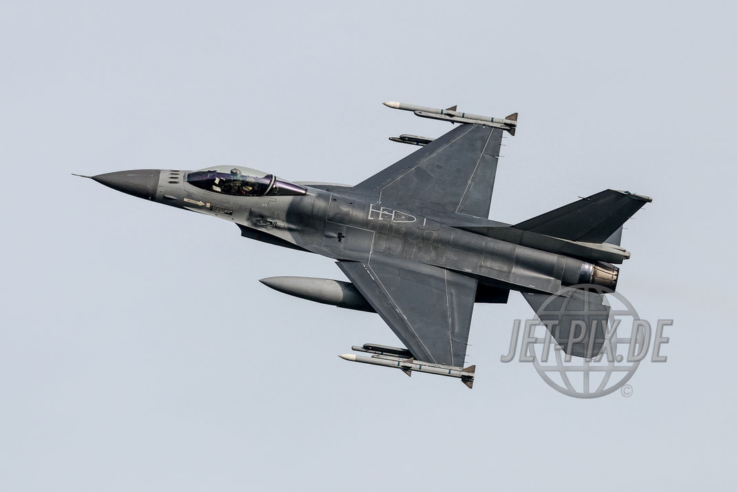 FA-118 Belgium AirForce F-16 2017 03 31 EHLW Leeuwarden while Banking Attack Fighter-Action