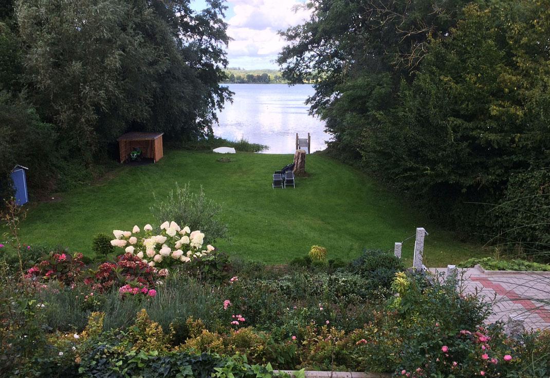 Ausblick in den Garten und auf den Schöhsee