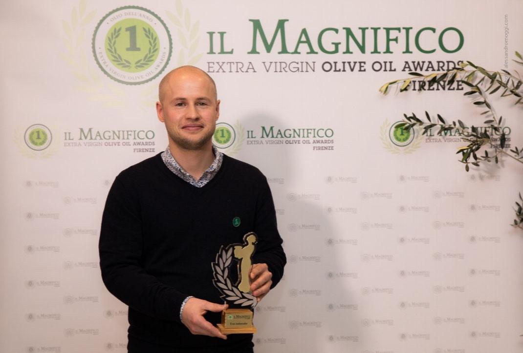 """Silvan Brun, Jury Präsident """"IL MAGNIFICO EVOO AMBASSADOR 2018"""" mit der Menvra-Trophäe, die allen Protagonisten des Qualitätsöls verliehen wurde."""