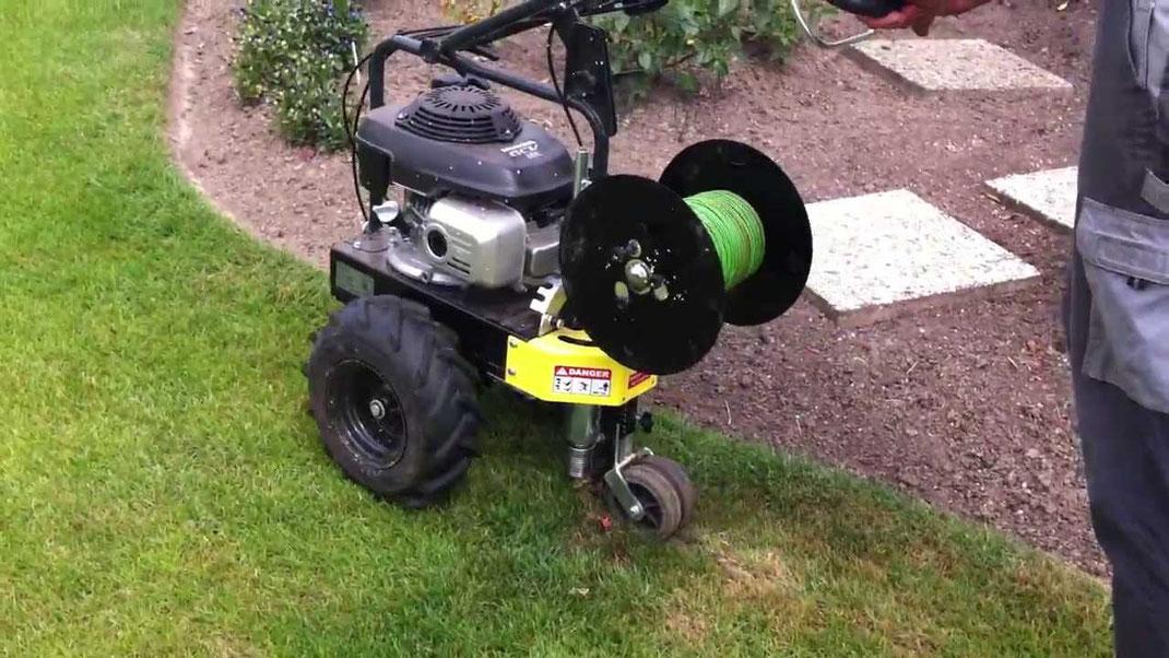 Kabelverlegemaschine zum Einlegen der Begrenzungskabel für den Rasenroboter
