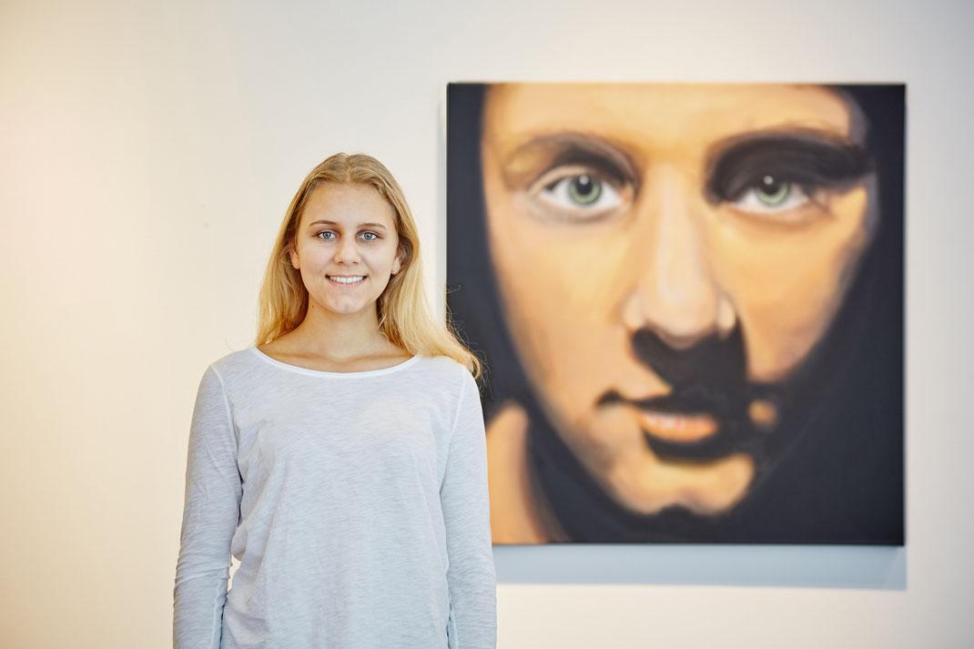 Sophie Heindl vor ihrem Portrait ›Woman / Sophie‹, 2016