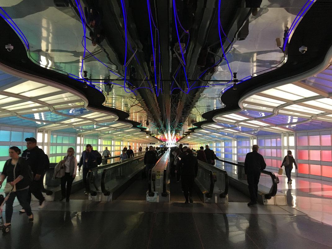人が多いけど思わずカラフルなシカゴ空港のメインストリームでパシャリ。