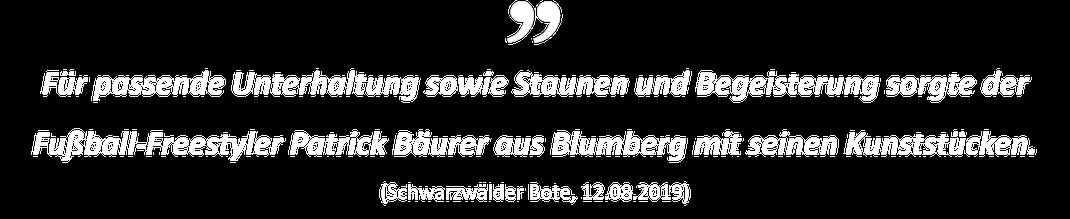 Für passende Unterhaltung sowie Staunen und Begeisterung sorgte der Fußball-Freestyler Patrick Bäurer aus Blumberg mit seinen Kunststücken. (Schwarzwälder Bote, 12.08.2019)
