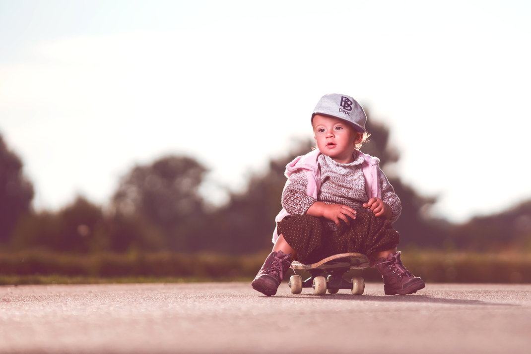 Manuel Feininger, Kind, Mädchen, Hund, Fotoshooting, Kindershooting, Outdoorshooting, outdoor, auf der Bank, Auf dem Feld, Natur Feininger, Fotograf, Aulendorf, Ravensburg, Der beste Fotograf, sinnlich, sinnlicher look, im grünen, Bodensee