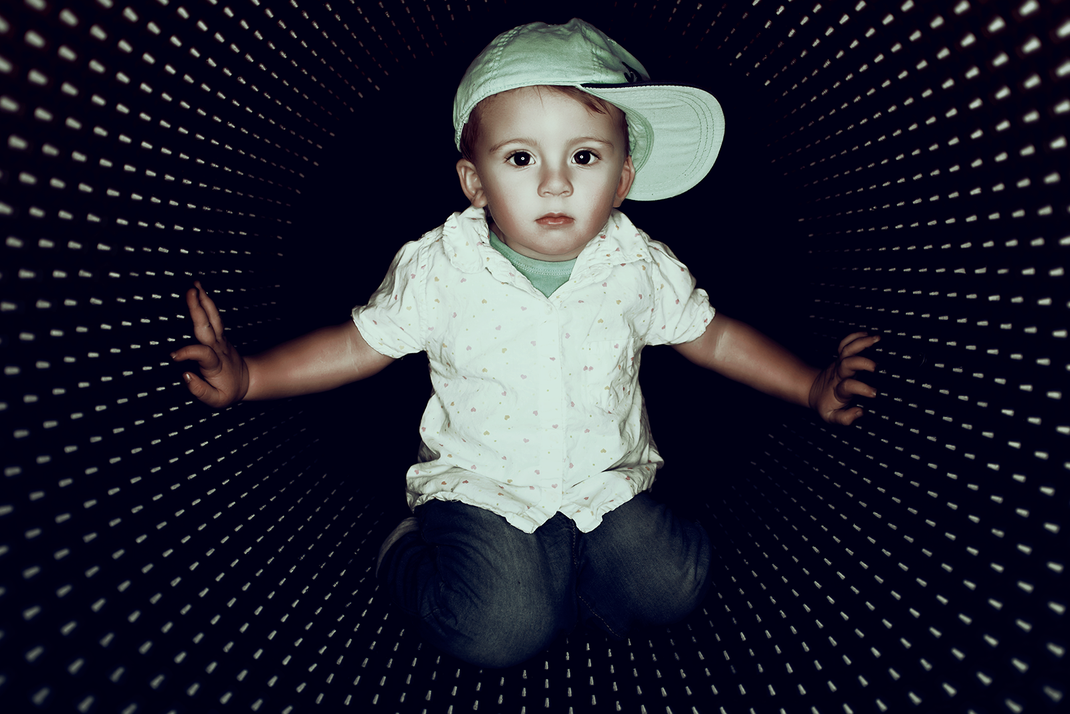 Manuel Feininger, Kind, Mädchen, coole Augen, Ringblitz, Fotoshooting, Kindershooting, Studioshooting, Studio, Haustier, Roundflash, Feininger, Aulendorf, Ravensburg, Der beste Fotograf, coole Bilder, im Studio, Bodensee, magenta Noppenfass, Noppenfolie
