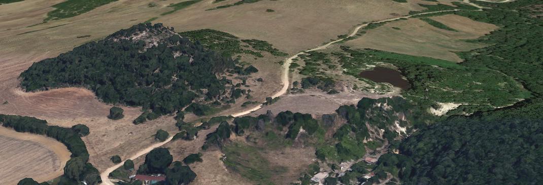 L'area dell'affioramento vista da Google Earth. La collinetta principale è tagliata da una strada: ho visitato la sua parte tutta a destra, quella lambita dal fossetto dove finiscono le case.