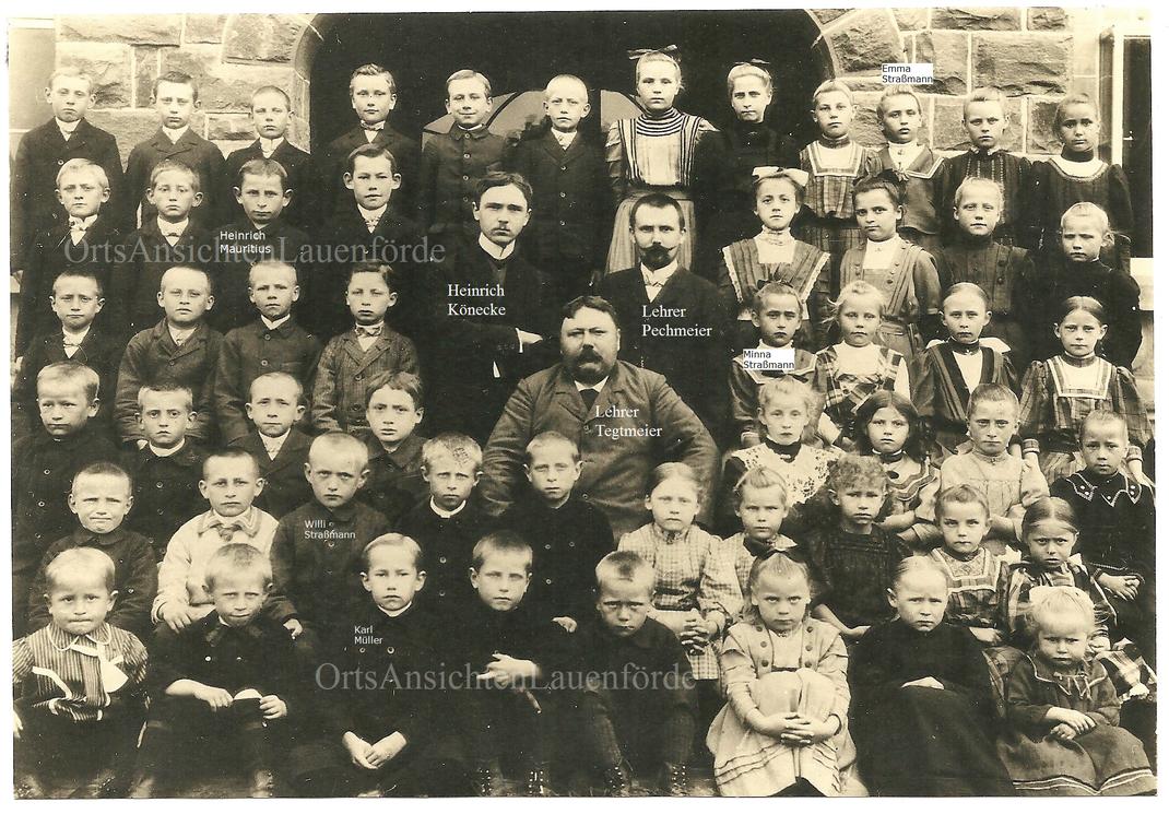 Früher war es üblich, dass bei besonderen Anlässen, wie einem Klassenfoto, das tagelang vorher angekündigt wurde, damit alle adrett und gekämmt waren, die kleineren Geschwister mit auf das Bild durften, daher sind auch ein paar jüngere Kinder zu sehen.