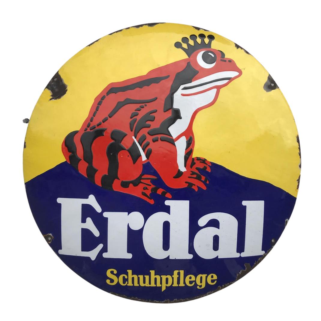 Einer der ältesten deutschen Markenklassiker ist und bleibt Erdal Schuhpflege. Der Frosch ziert schon seit 1903 die Produkte, am Anfang war er grün. Neu bei uns ist dieses 70cm Durchmesser gewölbte EmailleSchild, um 1920. Absoluter Eyecatcher 👍🍀#eyecatche