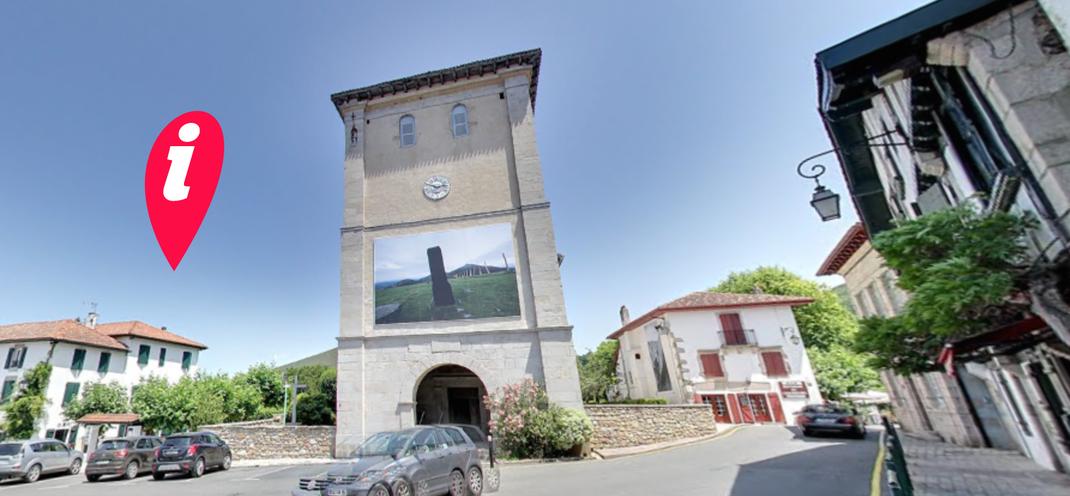 Vue panoramique de la place de l'église d'Ascain pendant le festival : les chemins de la photographie Azkaingo Argazki bidean 2015