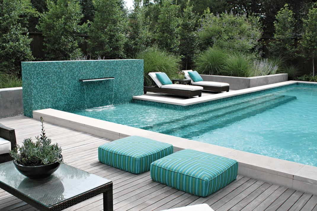 Couleur et mobilier design aux abords de la piscine à Aix-en-Provence