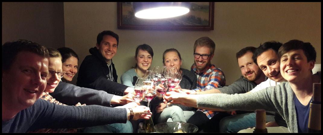 Wir kommen mit einer Weinprobe von der Ahr auch sehr gerne zu Ihnen. Im Wohnzimmer, im Hotel oder in den Weinbergen.