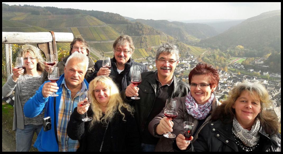 Wir bieten Ihnen auch eine Ahrtalrundfahrt an der Ahr an, verbunden mit einer Weinprobe. Lernen Sie das Ahrtal umfangreich kennen.