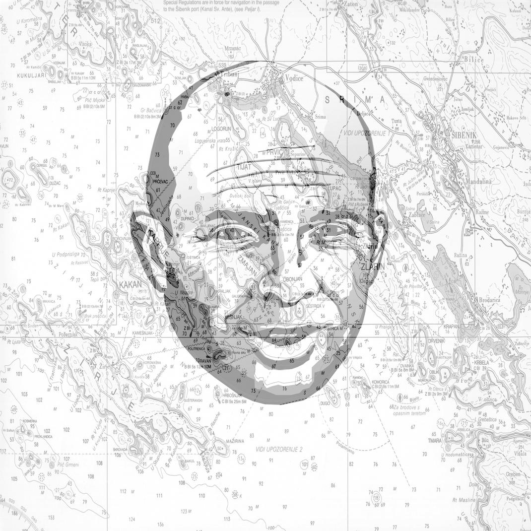 Stark reduziertes Profilbild. Porträt eines Mannes in den Farben Grau und Weiss kombiniert mit Seekarte als Beispiel für seine Persönlichkeit und Angebot.