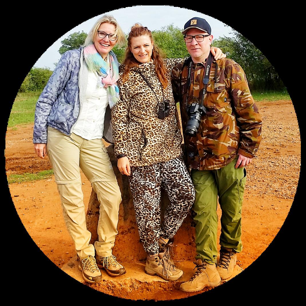 BIRGIT*ILONA*LEIF gut getarnt am Grenzstein zwischen Tansania und Kenia