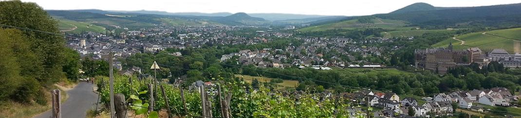 Der Rotweinwanderweg oberhalb von Walporzheim mit Sicht Richtung Bad Neuenahr-Ahrweiler