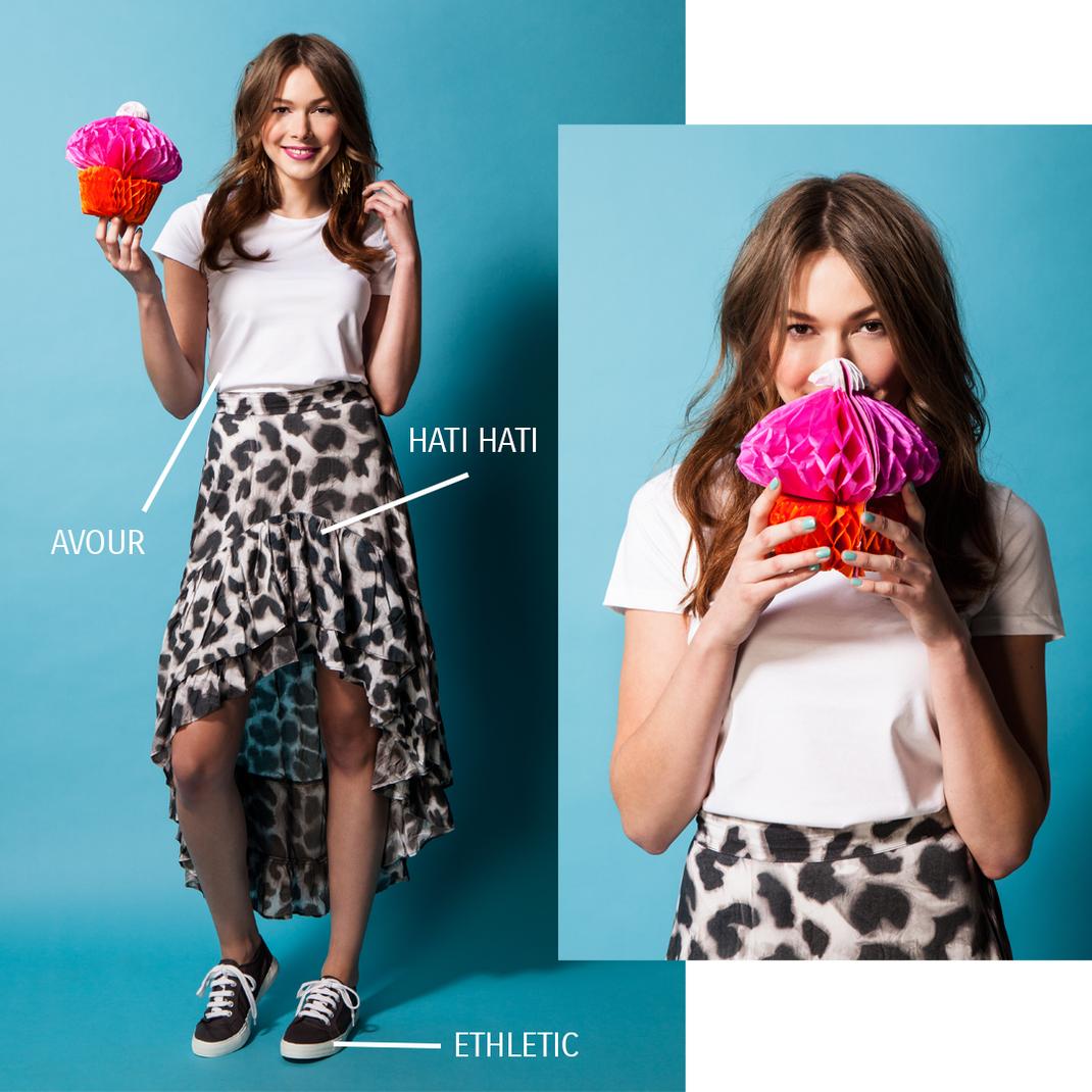 Sommeroutfit nachhaltig: Rock von Hati Hati, Shirt von Avour, Sneaker von Ethletic