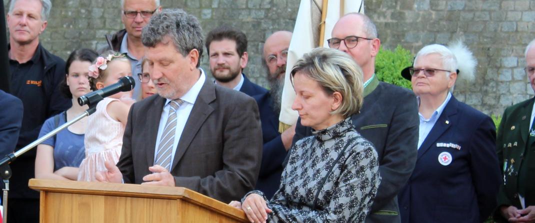 Das Bild zeigt Bürgermeister Gabor Huszar aus Szentgotthárd mit der Dolmetscherin bei seinem Grußworten. (Bild: Rainer Weiß)