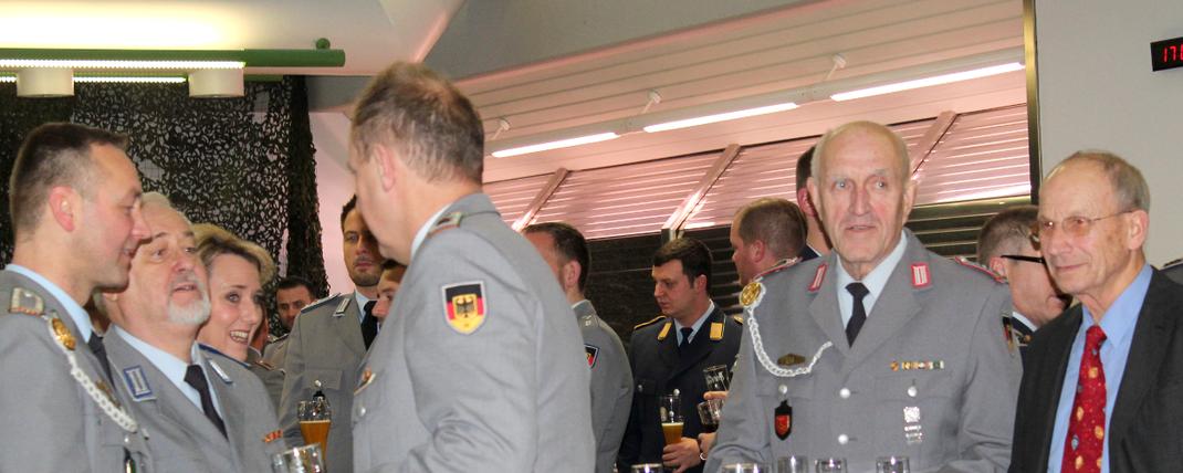 Um einen runden Stehtisch versammelten sich die Vertreter der Reservistenkameradschaft Walldürn und der Kreisgruppe Rhein-Neckar-Odenwald. Fotograf: Rainer Weiß