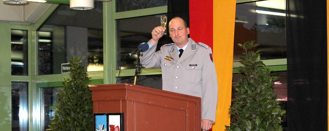 Sie sehen Major Maiworm am Rednerpult bei seiner Neujahrsansprache. Fotograf: Rainer Weiß