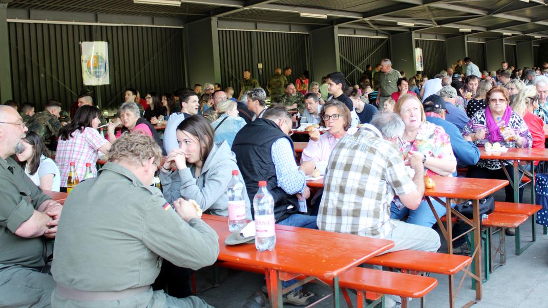 Das Bild zeigt den beliebtesten Teffpunkt des Biwaks. das Schleppdach. Dort konnten die Zuschauer auch den offiziellen Programmteilen: Begrüßung, Ankündigungen und die Siegerehrung des Wettbewerbs der Kompanien folgen. (Bild: Rainer Weiß)