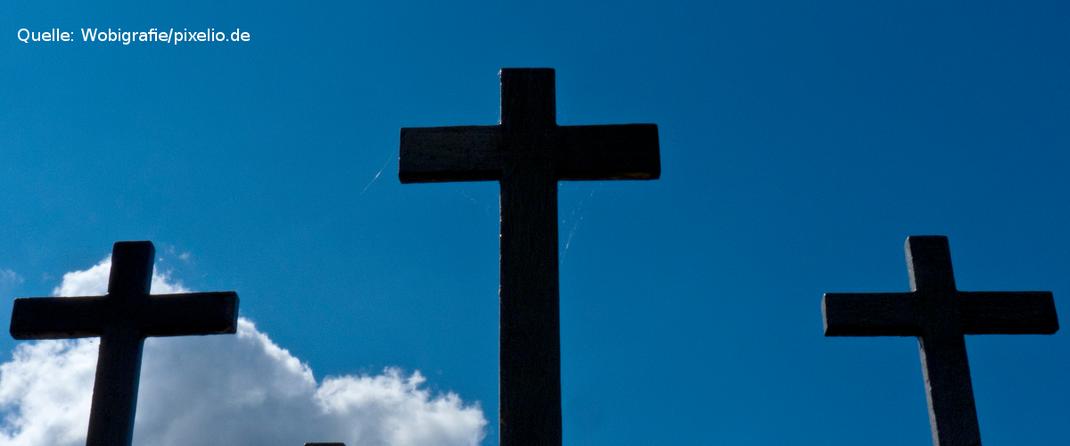 Drei Kräuze als Symbolbild für das Gedenken an die Toten, Verfolgten und Vertriebenen aller kriegerischen Auseinandersetzungen. Quelle: Wobigrafie/pixelio.de