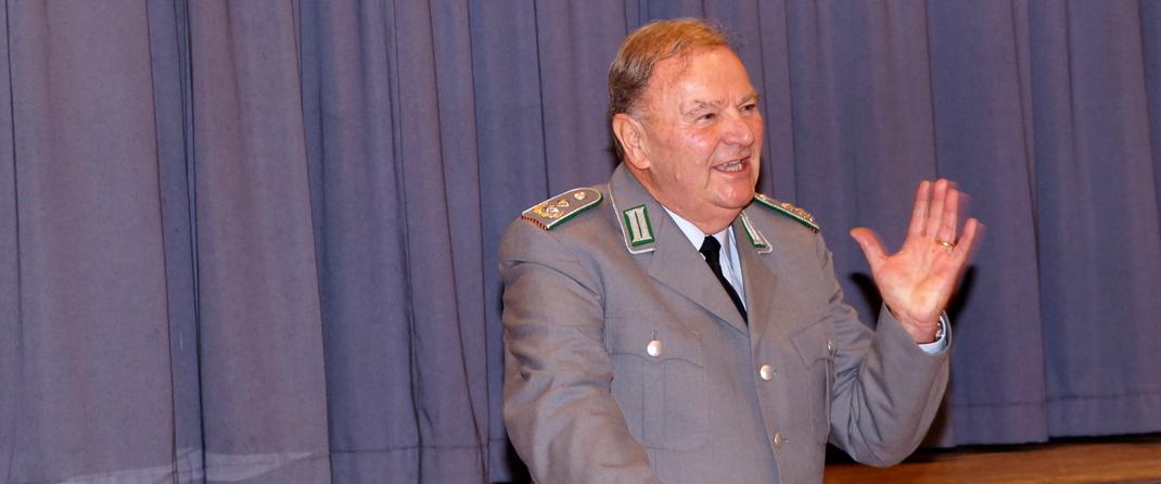 Der Vorsitzende der Kreisgruppe Rhein-Neckar-Odenwald Wilfried Meissner bedankt sich bei den Walldürner Reservisten.