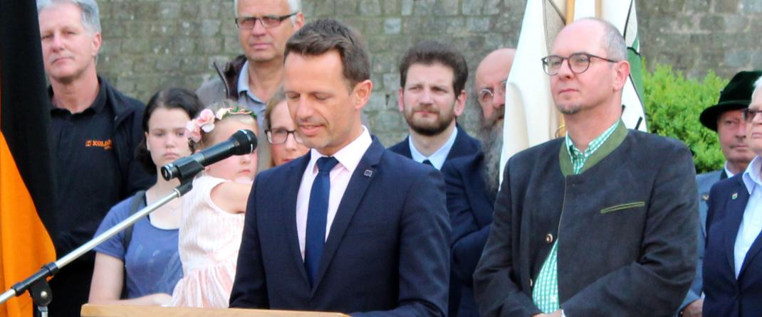 Das Bild zeigt Bürgermeister James Chéron aus Montereau bei seinen Grußworten. (Bild: Rainer Weiß)