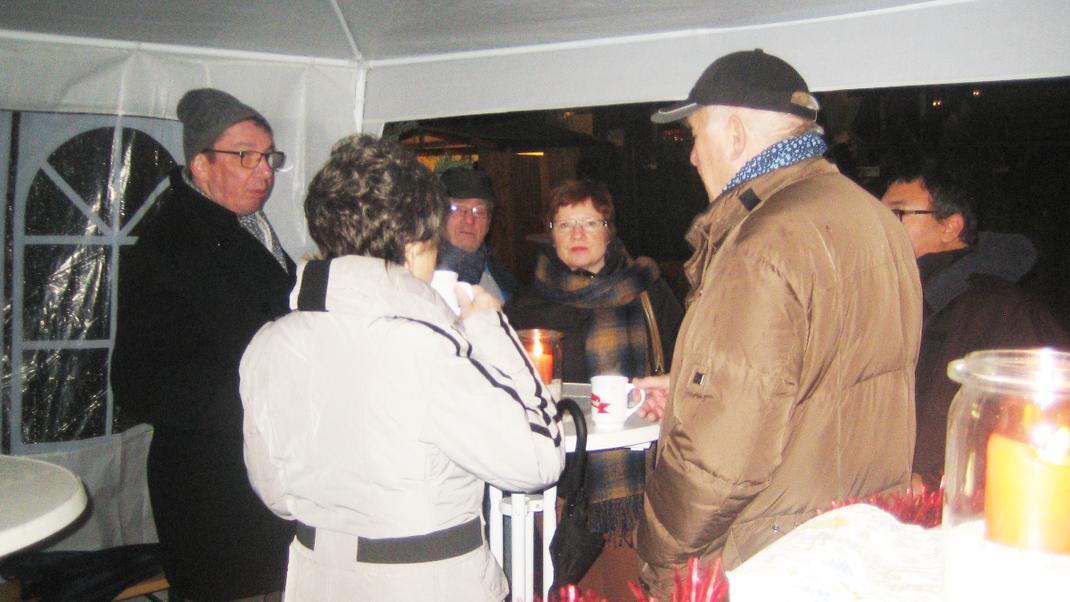 Gäste beim Plausch auf dem Weihnachtsmarkt