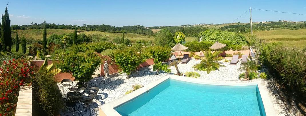 Pool Umgebung, links im Bild sind einige Zypressen der Quinta