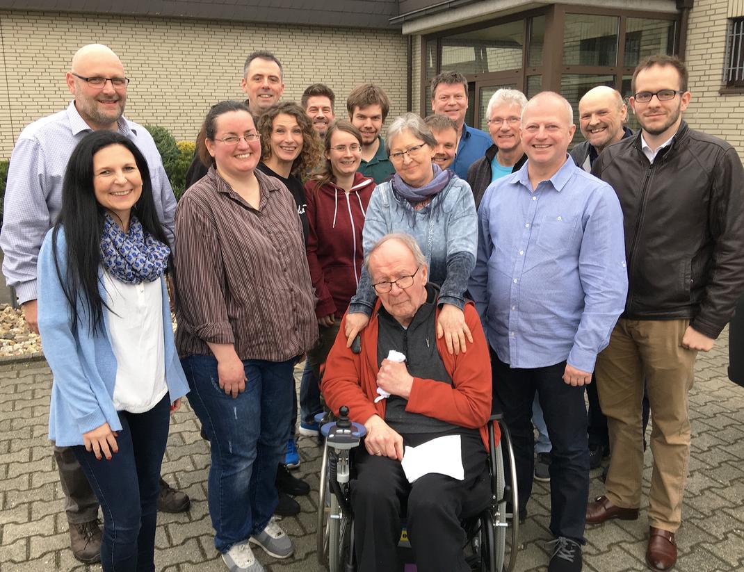 """16 der 18 Gründungsmitglieder, die am 23. März den Verein """"Nach Vera F. Birkenbihl - up another level / Verein für gehirn-gerechtes Lernen und Lehren"""" aus der Taufe hoben"""