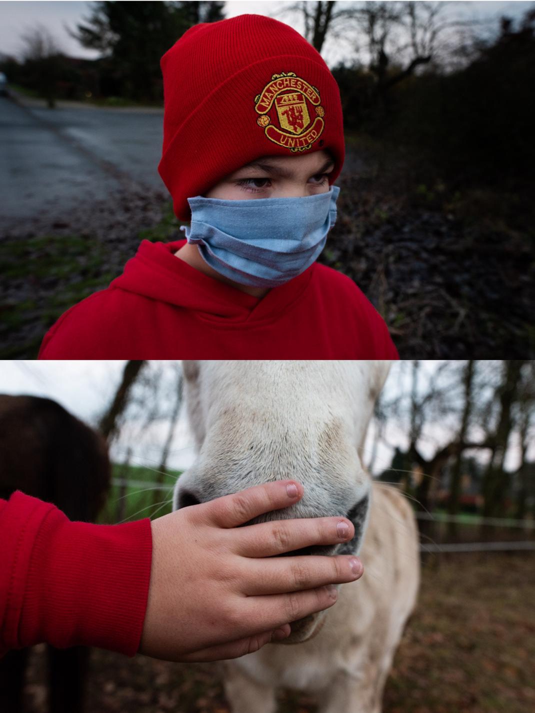 Diptych mit Junge der eine Covid Maske trägt und einer Kinderhand die eine Pferdenüster streichelt