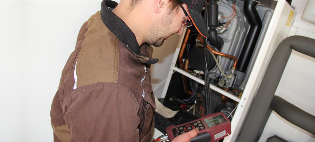 Monteur prüft Heizungsanlage - Wartung, Instandhaltung, Reparaturen