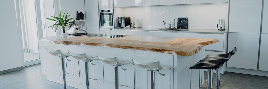 Holz Tresenplatte auf moderner Kücheninsel
