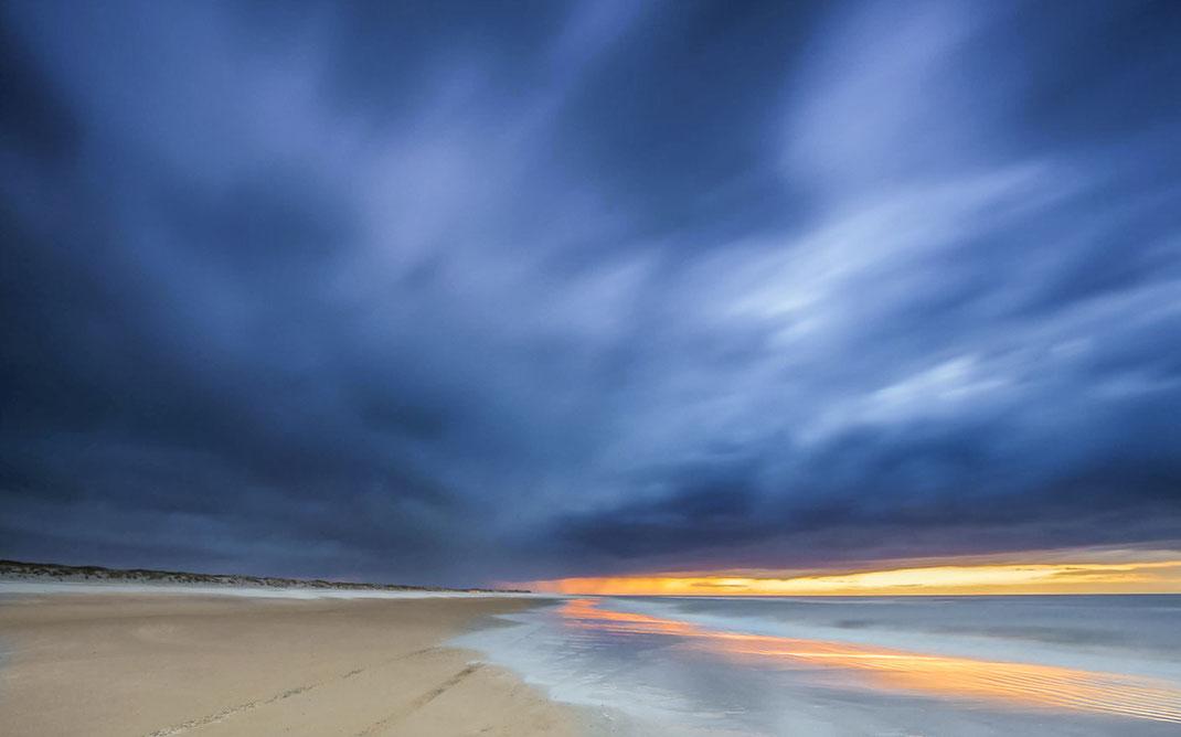 Donkere wolken boven het Noordzeestrand van Terschelling bij Formerum © Jurjen Veerman