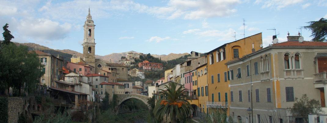Dolcedo - Panoramaansicht mit Ponte Grande, darüber Ripalta