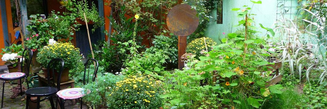 Skulptur aus Holz un Stahl im Garten der Galerie Frutti dell'Arte. Auf der Kunstroute 2015 werden hier Skulpturen und Keramiken presentiert.