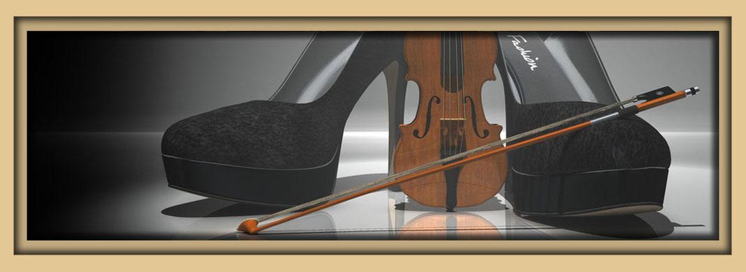 Schuhe als Kunstobjekt in dramatischer Beleuchtung. Zwei Pumps mit Geige auf spiegelnder Fläche. Schuhkunst in der Galerie Frutti dell'Arte, verteten auf der Aachener Kunstroute 2019