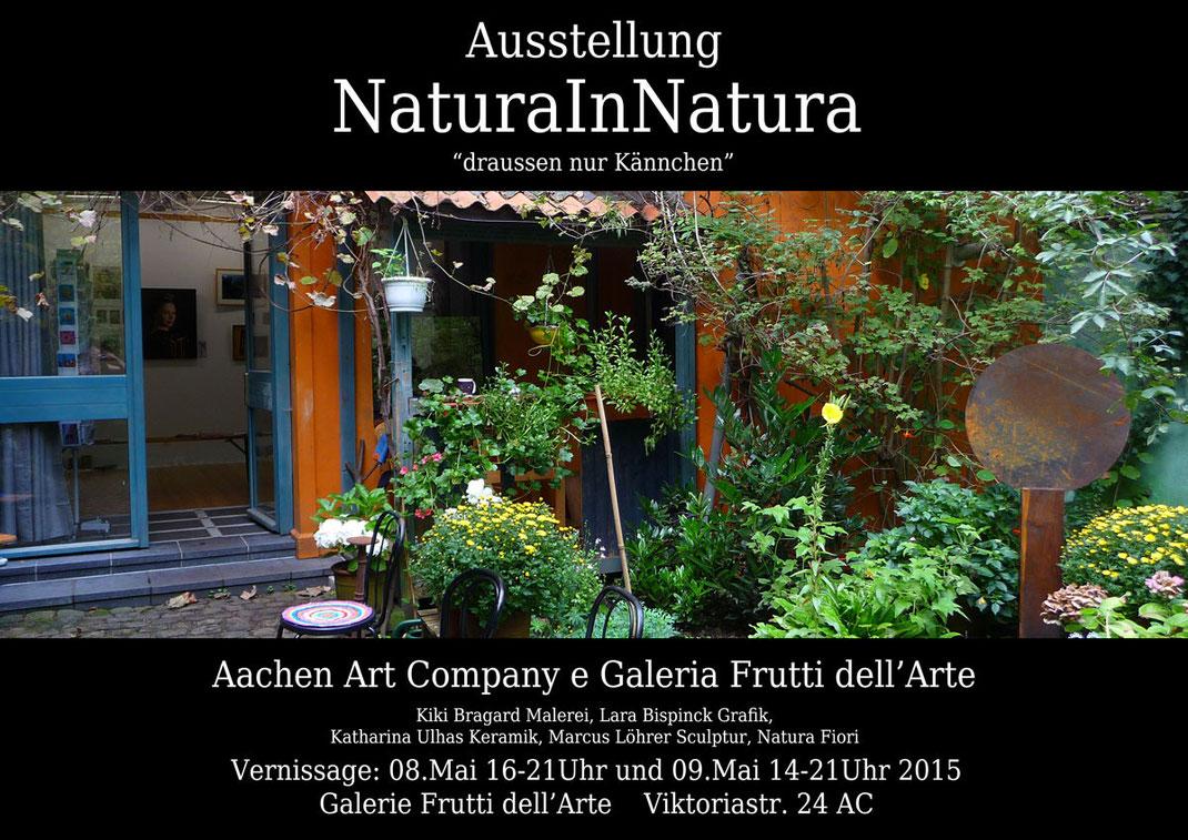 """Ausstellungsplakat der Veranstaltung """"NaturaInNatura, draussen nur Kännchen"""". Kunst in Aachen in der Galerie Frutti dell'Arte, vertreten auf der Aachener Kunstroute 2015. Bild der Galerie und des Gartens."""