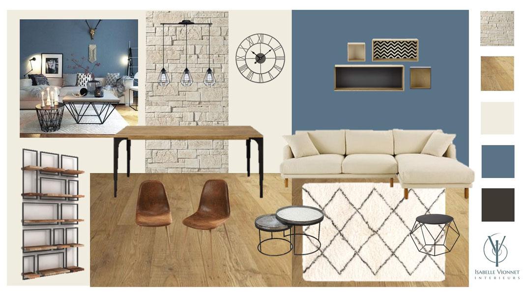 Ambiance loft chic sur fond de bleu profond pour ce séjour au caractère chaleureux. Parement en pierre naturelle blonde, peinture bleu profond, canapé en textile beige, tapis berbère en laine, horloge industrielle en métal noir, parquet en chêne clair.