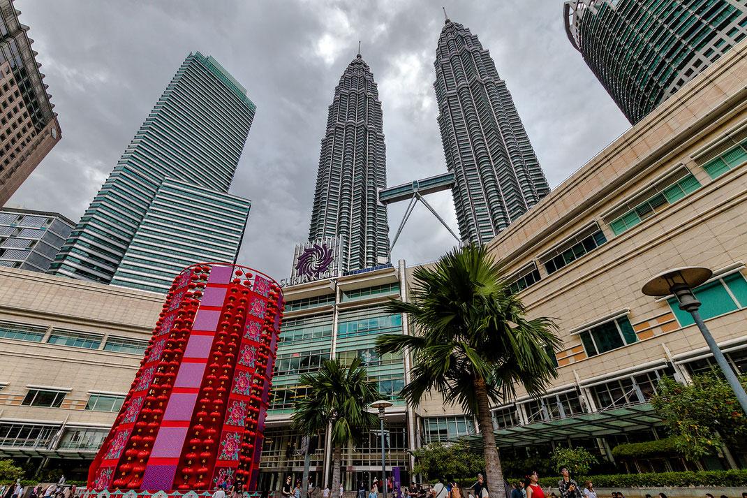 Kleiner See in Kuala Lumpur City Center ( KLCC ) direkt an den Petronas Twin Towers. Hier kann man wunderbar mit Blick auf die Wolkenkratzer der Stadt entspannen. Der Park hat Spielplätze, Spazier-und Joggingwege und viele Statuen gibt es zu bewundern. Es
