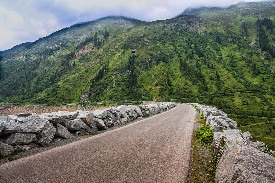 gebirgs-strasse-in-den-tiroler-bergen