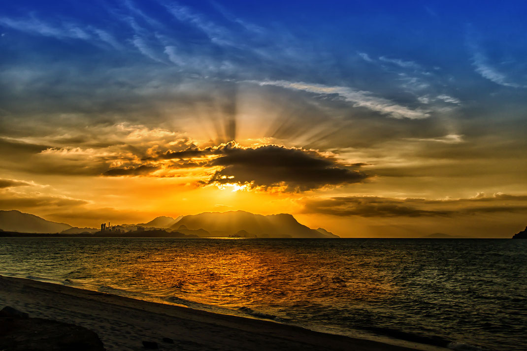 Sonnenuntergang in Tanjung Rhu über der Andamanensee auf Langkawi Island in Malaysia. Die Farben des Himmels reichen von blau bis sattem Orange. www.mjpics.de