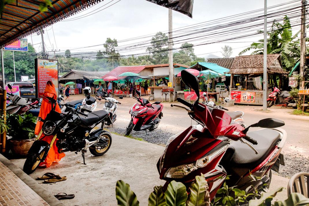 In Srithanu auf Koh Phangan-Straßenszene mit Motorrollern © Jutta M. Jenning mjpics