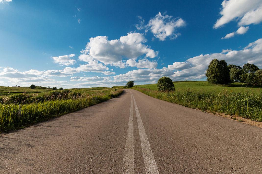 Landstrasse durch Polen Masuren. Weit und breit Felder und Natur © Jutta M. Jenning mjpics